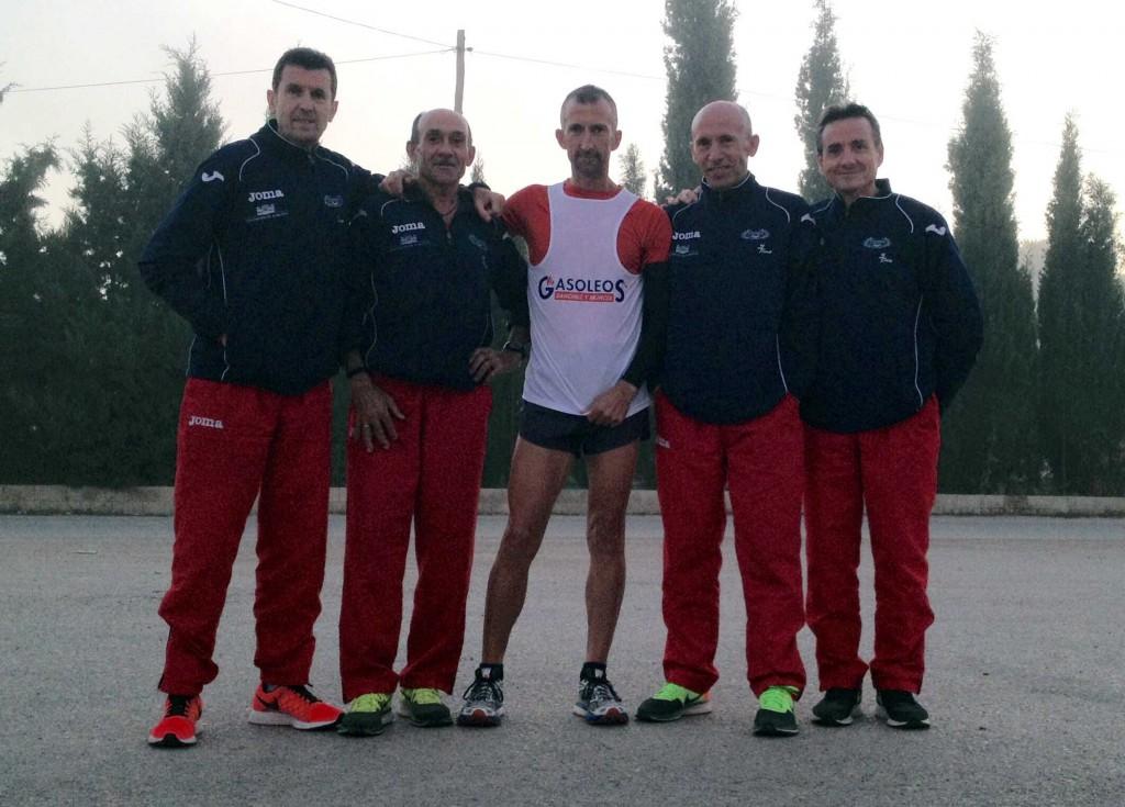 Abelardo Martínez junto a sus compañeros antes de iniciar su reto