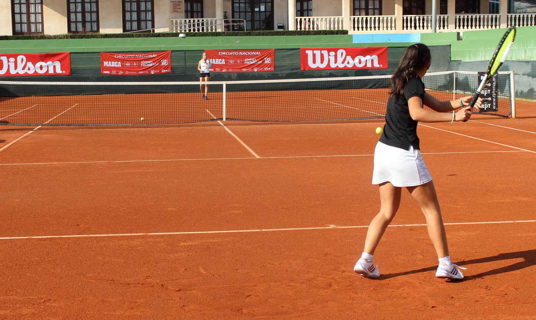 Ainhoa Garijo, al fondo de la pista (Foto: Club Tenis Albacete)