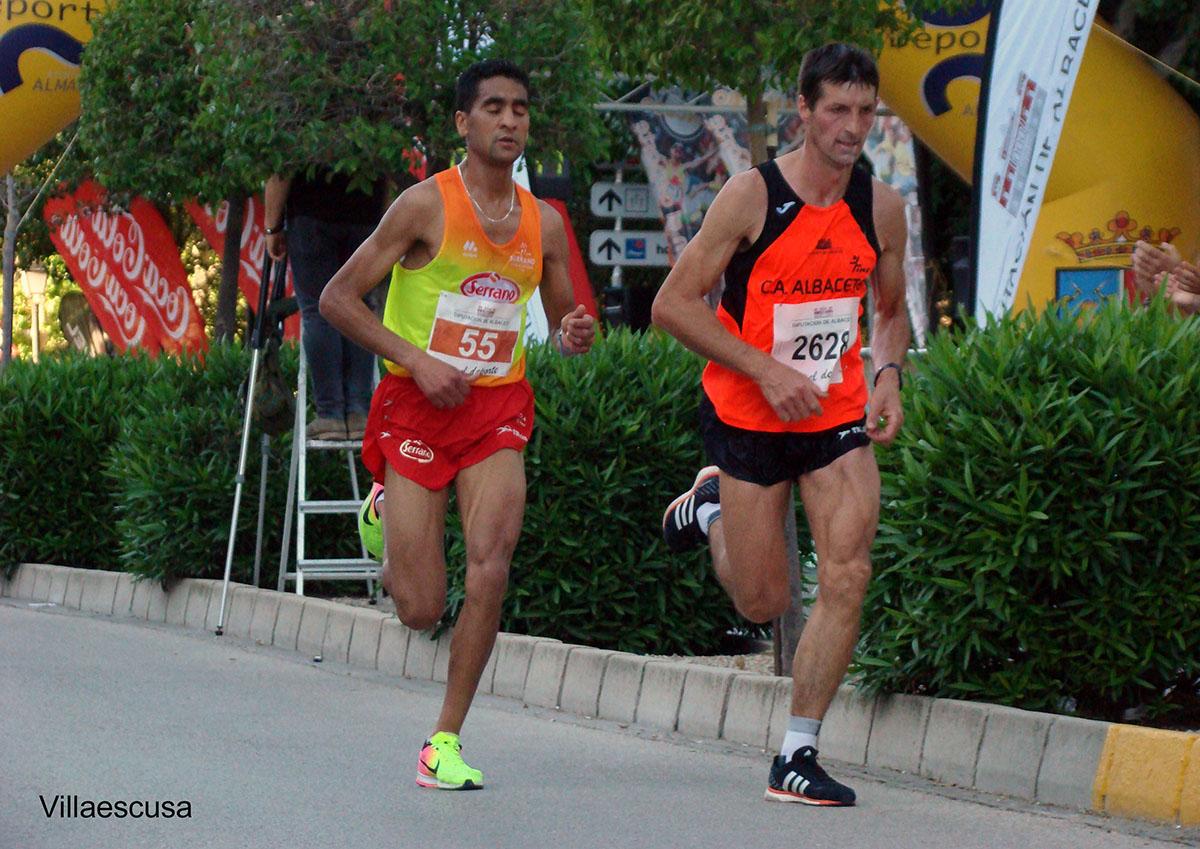 Andrés Micó y Jaouad Oumellal en la Media Maratón de Almansa