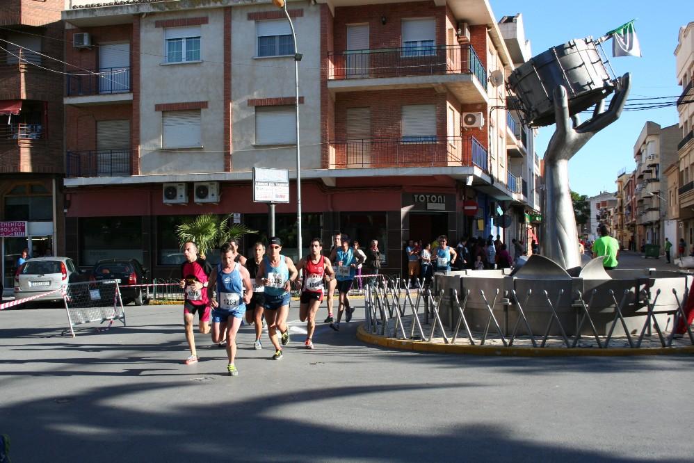 Atletas a su paso por el Monumento al Tambor