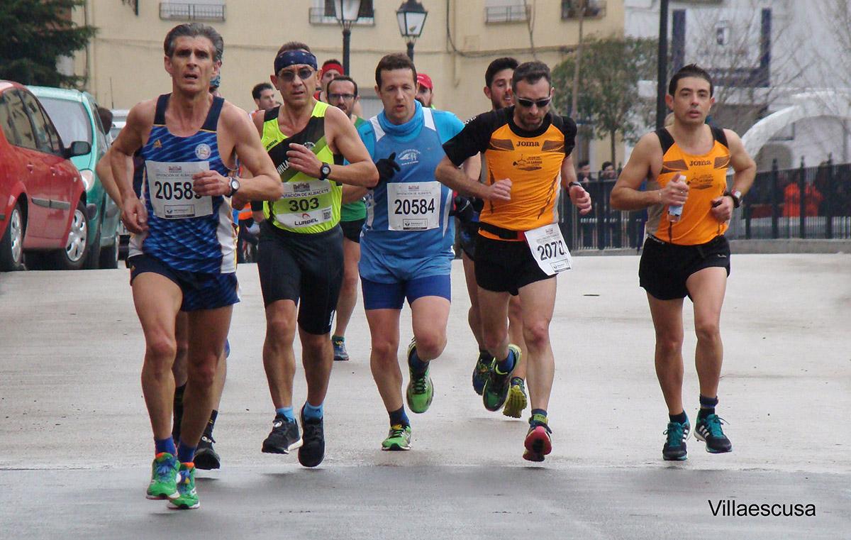 Atletas en la XIII Carrera Popular de Molinicos