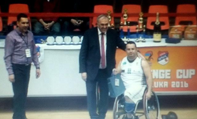 Fernando Aceituno, del BSR Amiab Albacete, recibe el título de campeón de la Challenge Cup