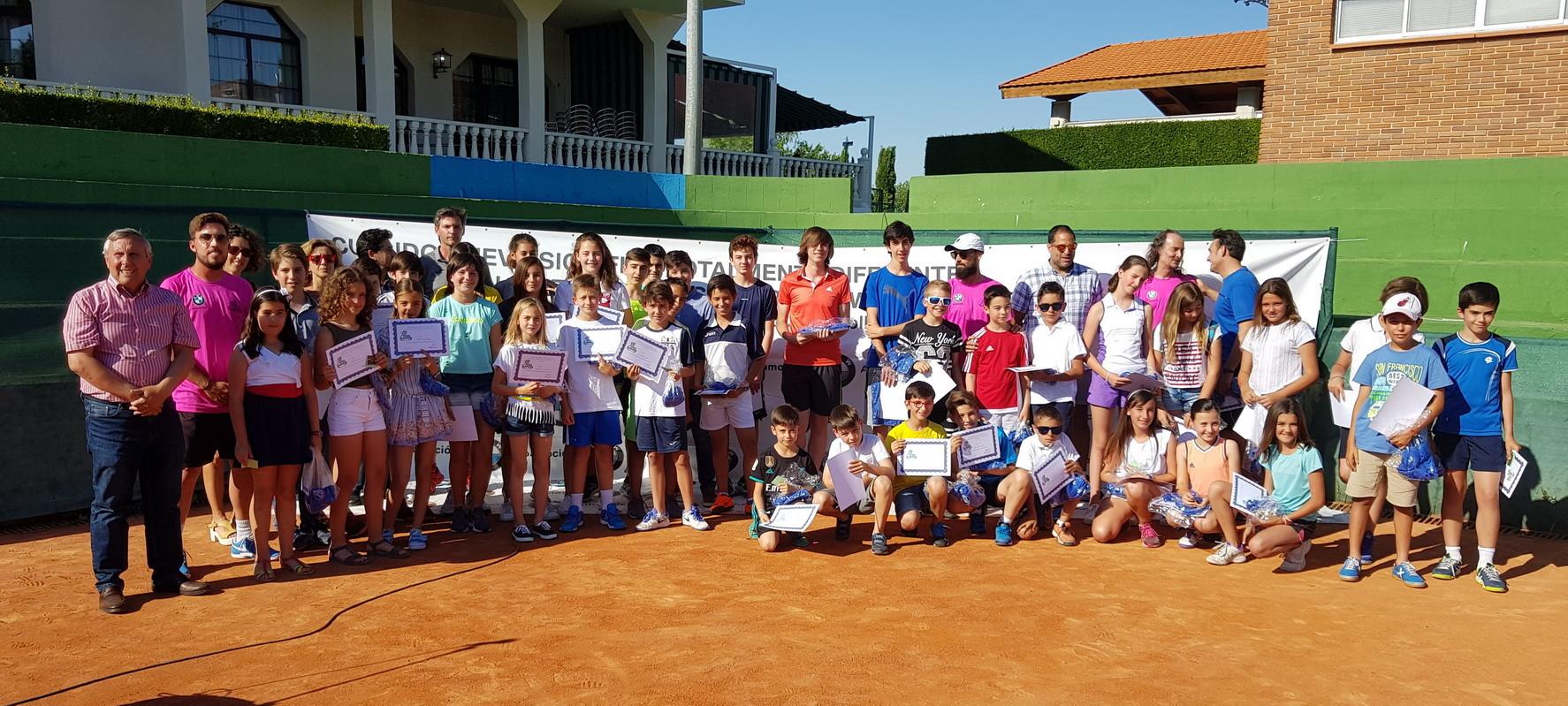 Foto de familia de la Clausura de las Escuelas de Tenis