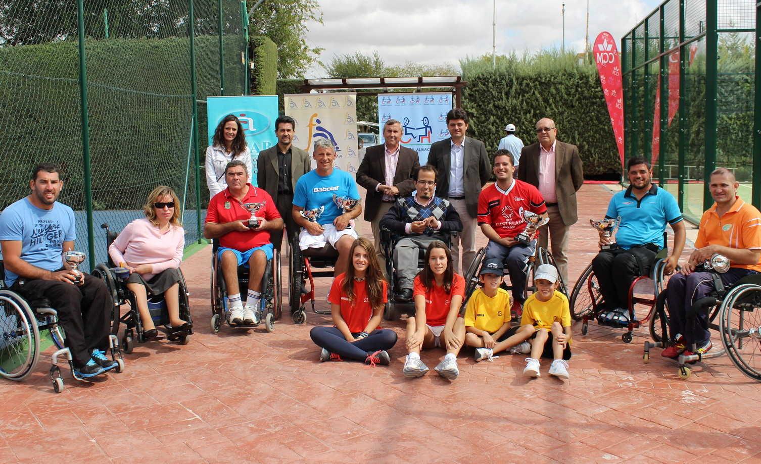 Foto de familia de los ganadores del VI Trofeo Ciudad de Albacete de Tenis en Silla de Ruedas