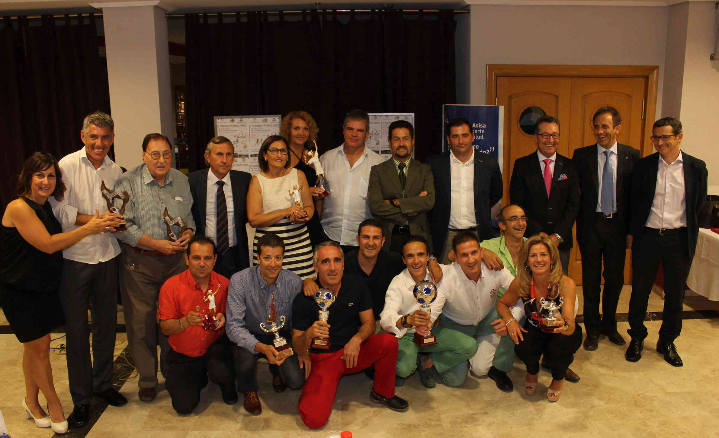 Foto de grupo de los premiados en la II Liga Interclubes