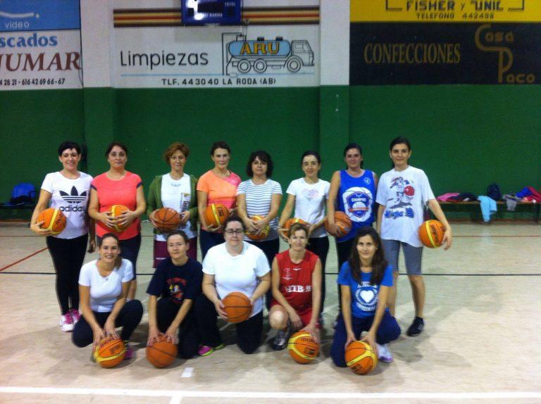 Grupo femenino de baloncesto en La Roda