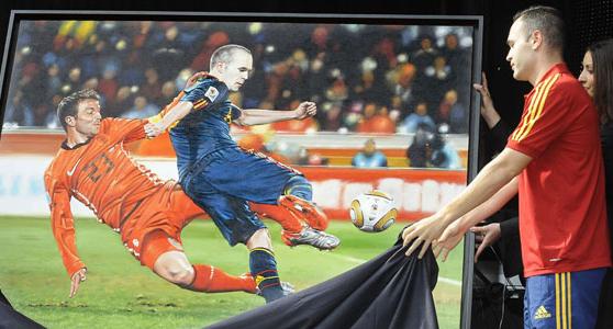Iniesta recibe un cuadro en Albacete con la imagen de su gol