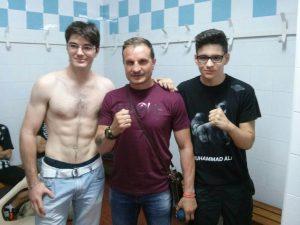 Javier Castillejo junto a los dos boxeadores de Albacete