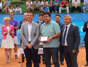 Juan Manuel Esparcia recibe una placa en el Club Tenis Albacete