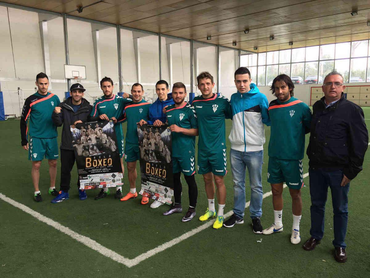 Jugadores del Alba con los boxeadores locales