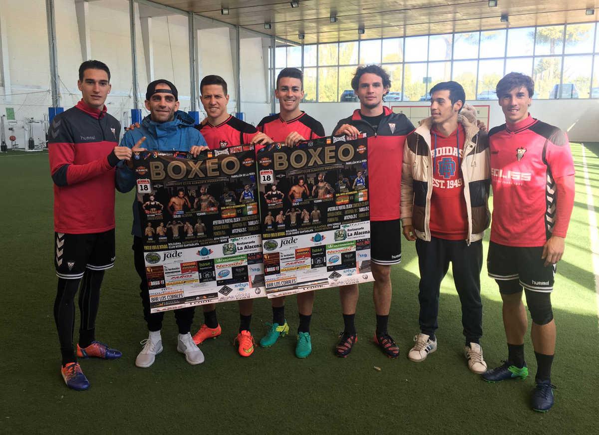 Jugadores del Albacete Balompié con los boxeadores locales