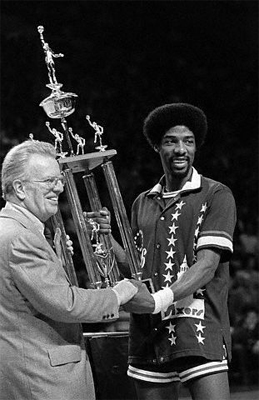 Larry O'Brien y Julius Erving (Foto: www.achievement.org)