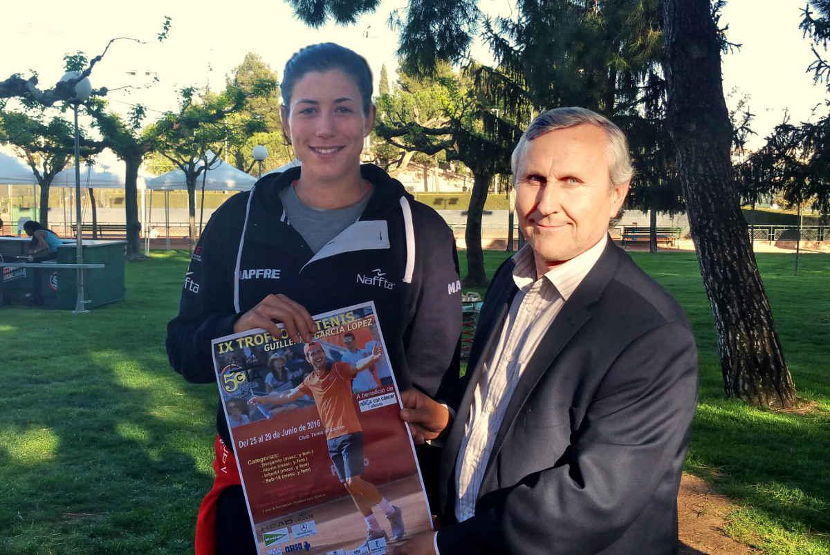 Garbiñe Muguruza posa con el cartel oficial del Trofeo Guillermo García López