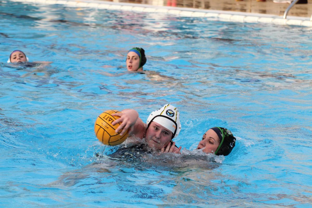 Partido del equipo femenino del Waterpolo Albacete (Foto: Pedro J. Carcelén)
