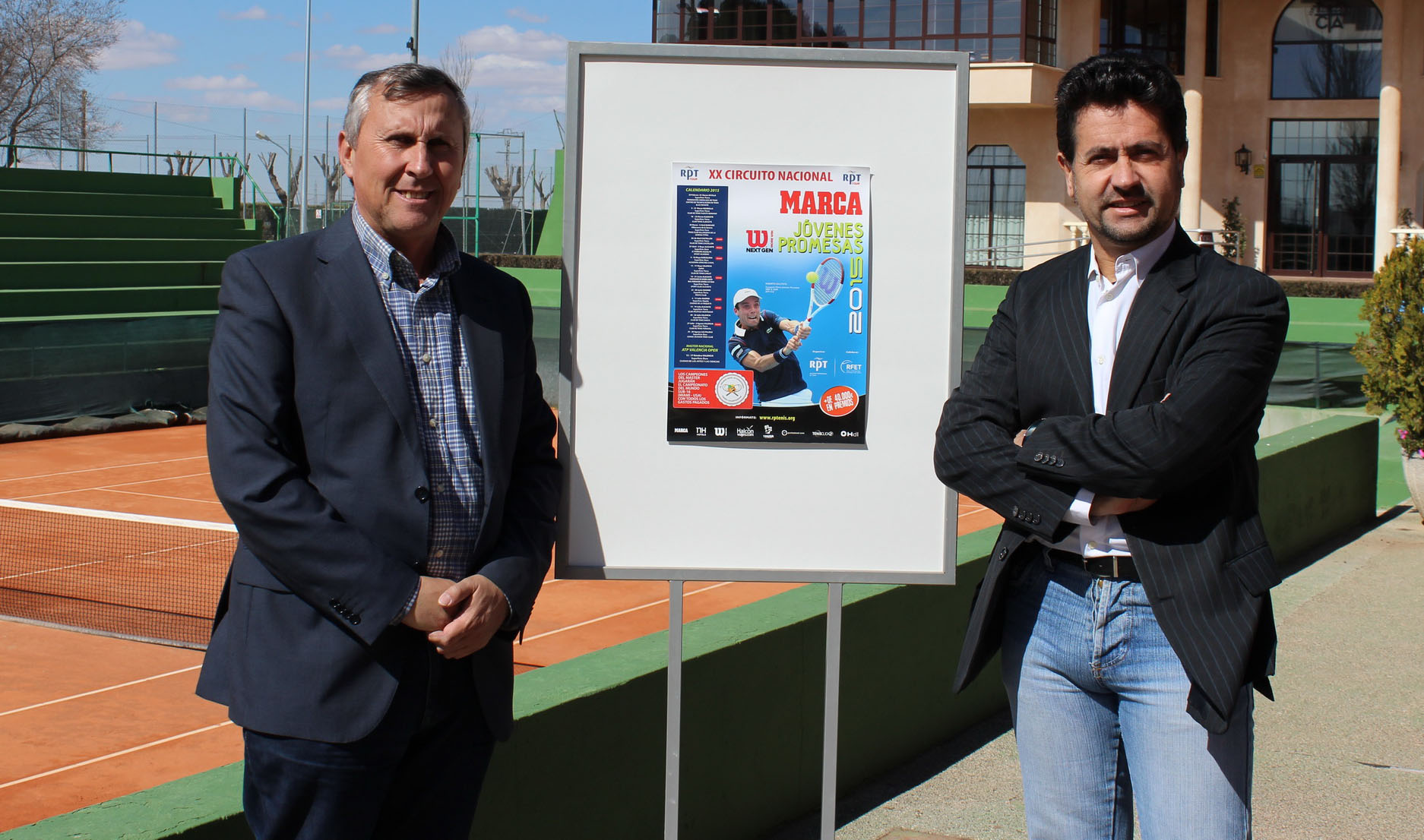 Presidente y director junto al cartel del torneo