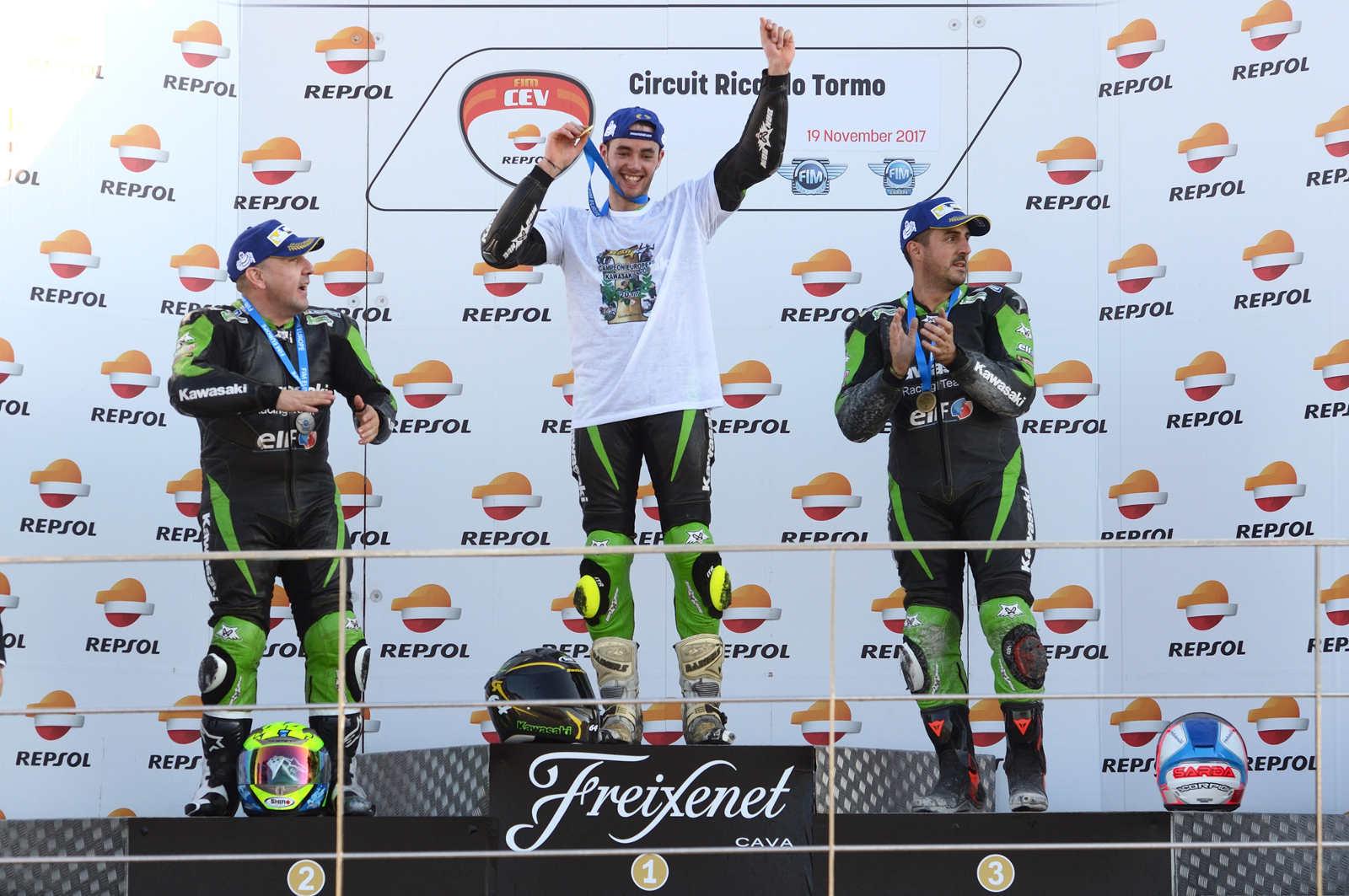 El piloto albaceteño Raúl Martínez en el podio de la European Kawasaki Z Cup