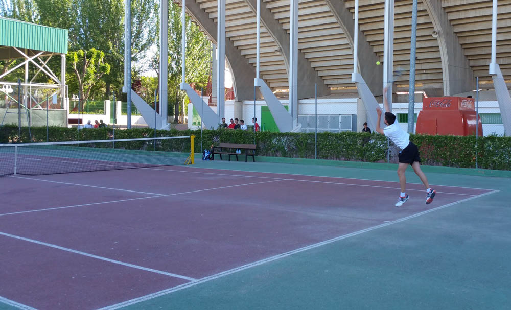 Un jugador saca en el Trofeo de Tenis y Pádel de San Juan