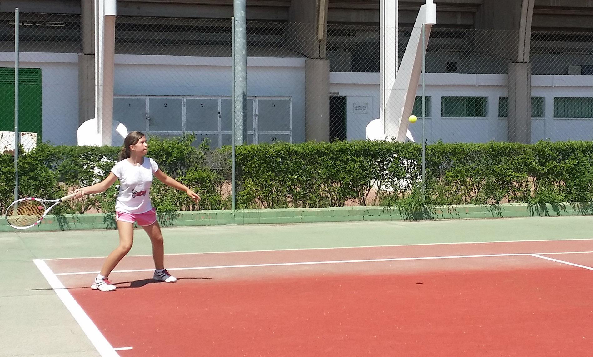 Una jugadora golpeando la pelota en el Trofeo San Juan